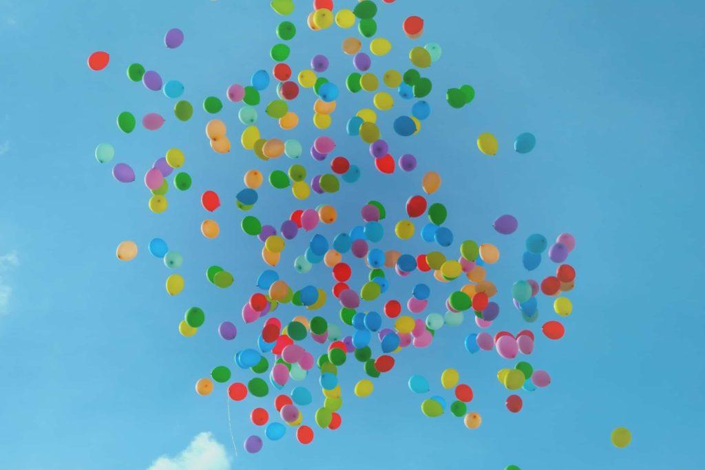Plein de ballons multicolores qui illustrent le budget CSE