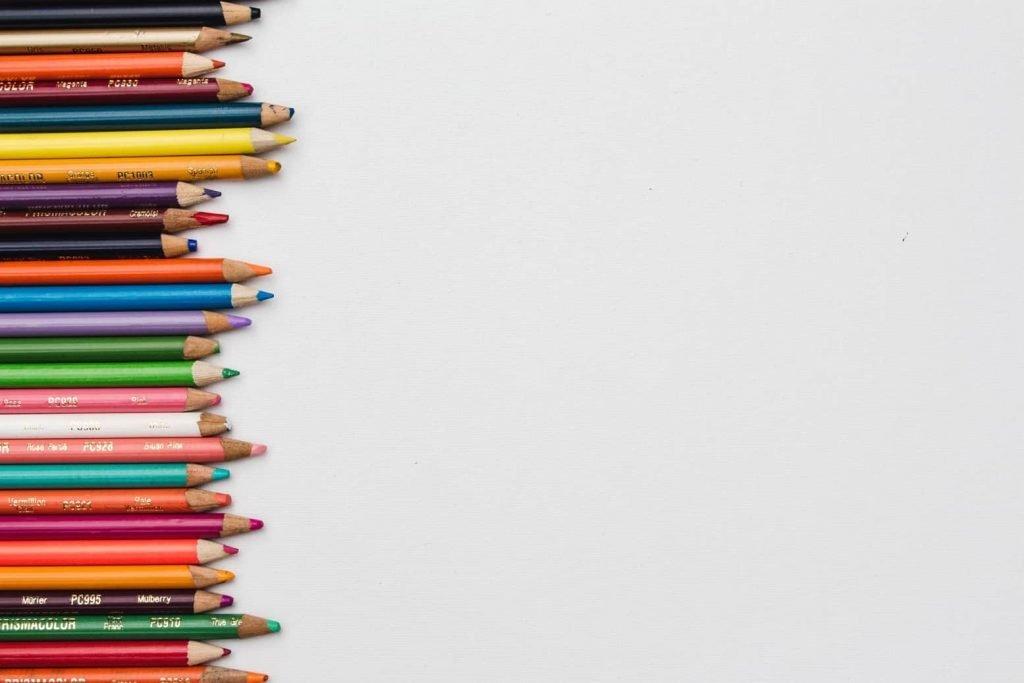 Des crayons de toutes les couleurs bien alignés pour une rentrée haute en couleur