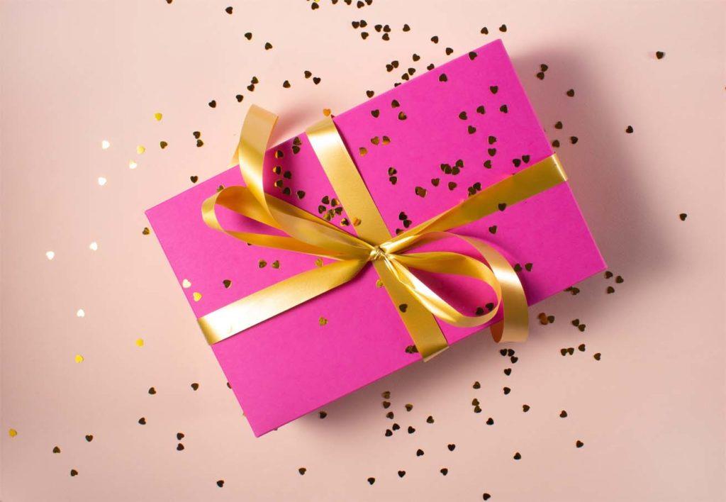Cadeaux rose qui aurait pu être acheté avec un chèque cadeau non utilisé