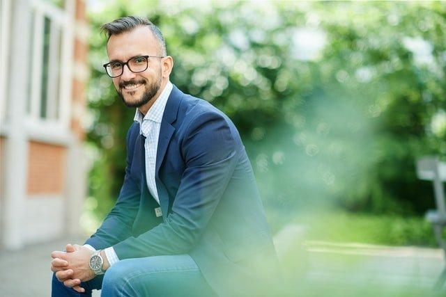 Délégué syndical assis sur un banc avec un grand sourire après avoir été élu aux élections du CSE