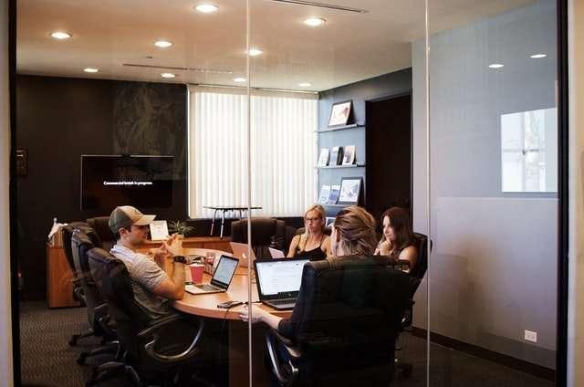 Membres du CSE dans une salle de réunion pour discuter de l'ordre du jour
