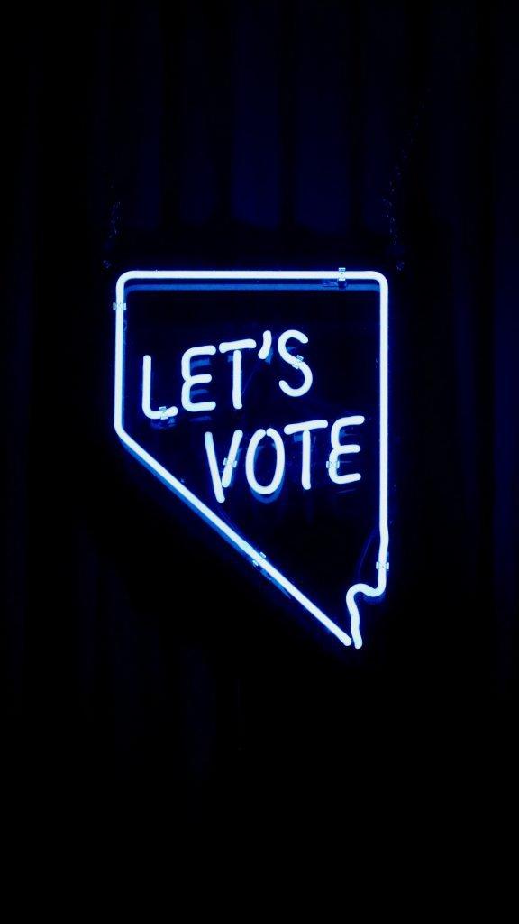 Personne glissant une enveloppe dans une urne afin de voter par correspondance lors des élections du CSE